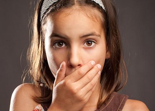 trẻ bị hôi miệng